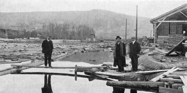Fig. 4 Años 20. En el centro Domingo Elizondo en la laguna de Ekai.El Aoiz de entonces.Cortesía de F.Hualde