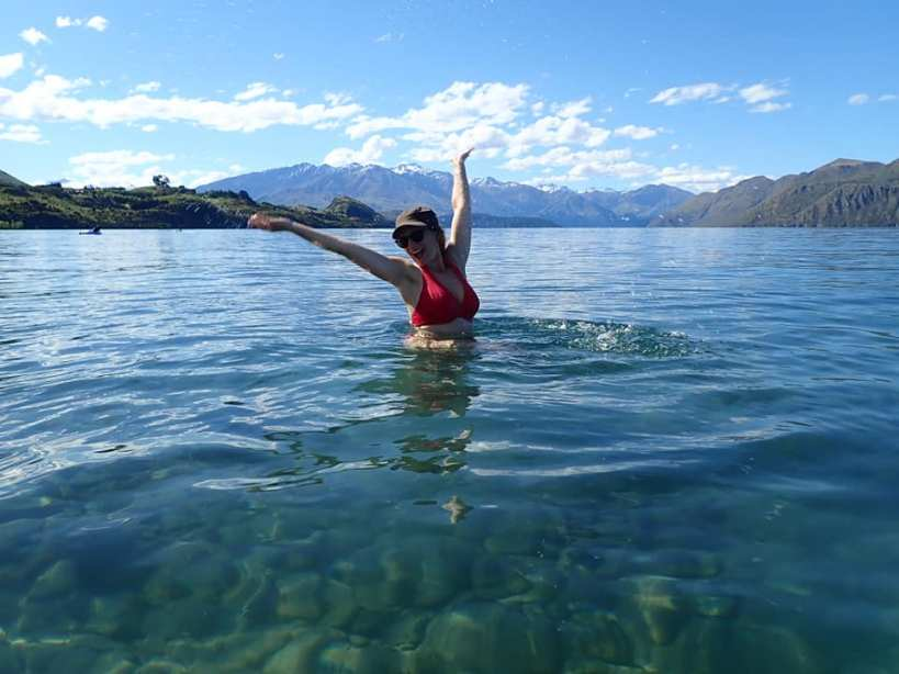 wanaka lake, femme se baignant devant les montagnes