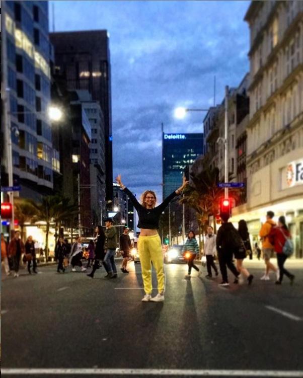 femme écartant les bras dans les rues d'auckland pvt nouvelle zelande