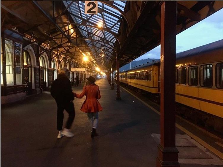 couple de dos gare de dunedin nouvelle-zélande