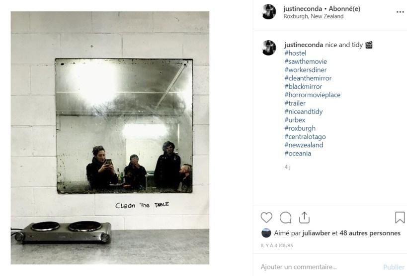 trois personnes devant un miroir sale d'une auberge de jeunesse