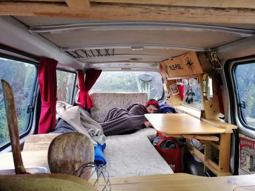 femme allongée au fond d'un van en hiver nouvelle-zelande