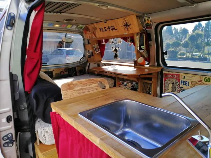 evier de cuisine dans un van aménagé en nouvelle-zelande