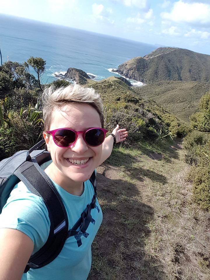 femme montrant un paysage en pvt nouvelle-zelande