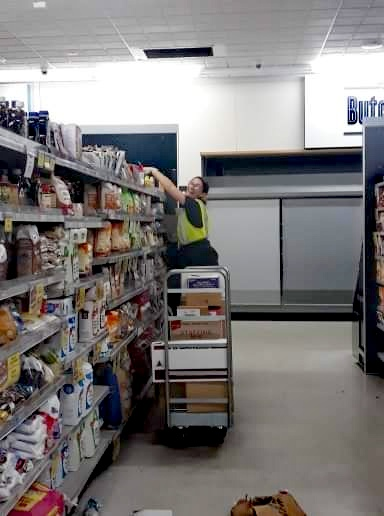 femme mettant en rayon supermarche pvt nouvelle zelande