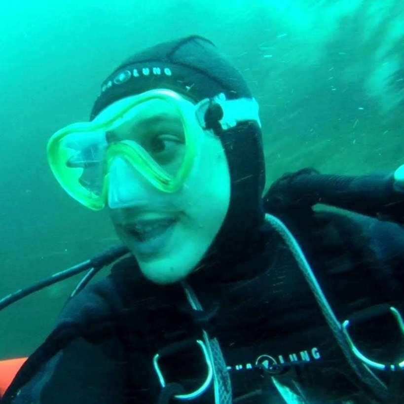 femme sous l'eau en tenue de plongée
