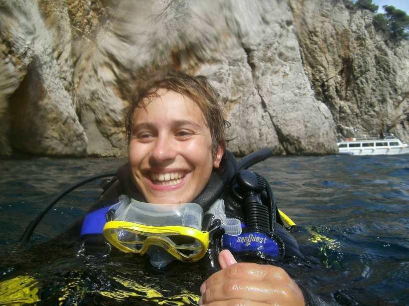 portrait femme dans l'eau plongée sous-marine