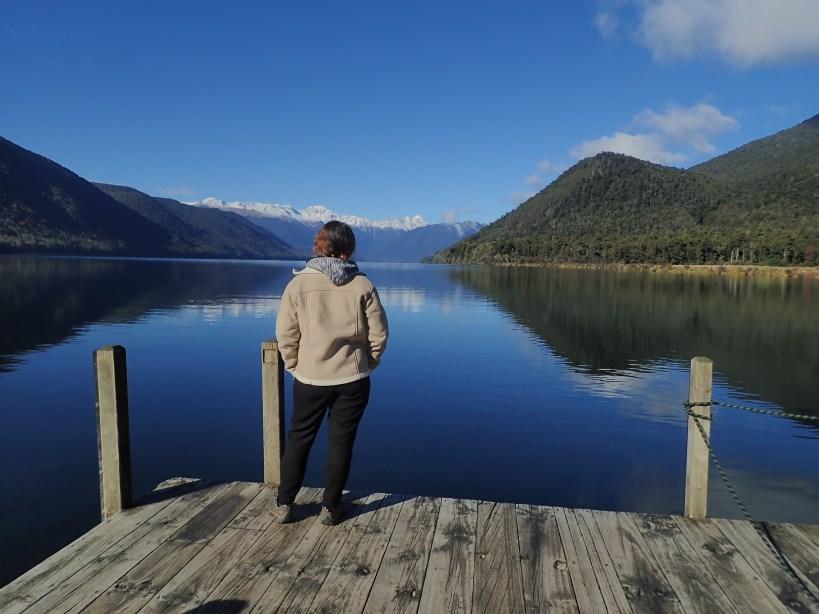 femme de dos devant les nelson lakes nouvelle zélande