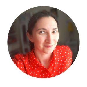 portrait femme avec chemise rouge à pois blancs