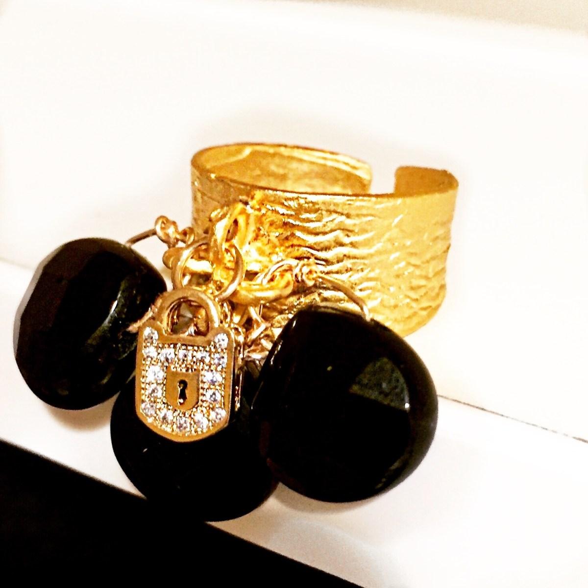 cocktail–ring–black–gemstones