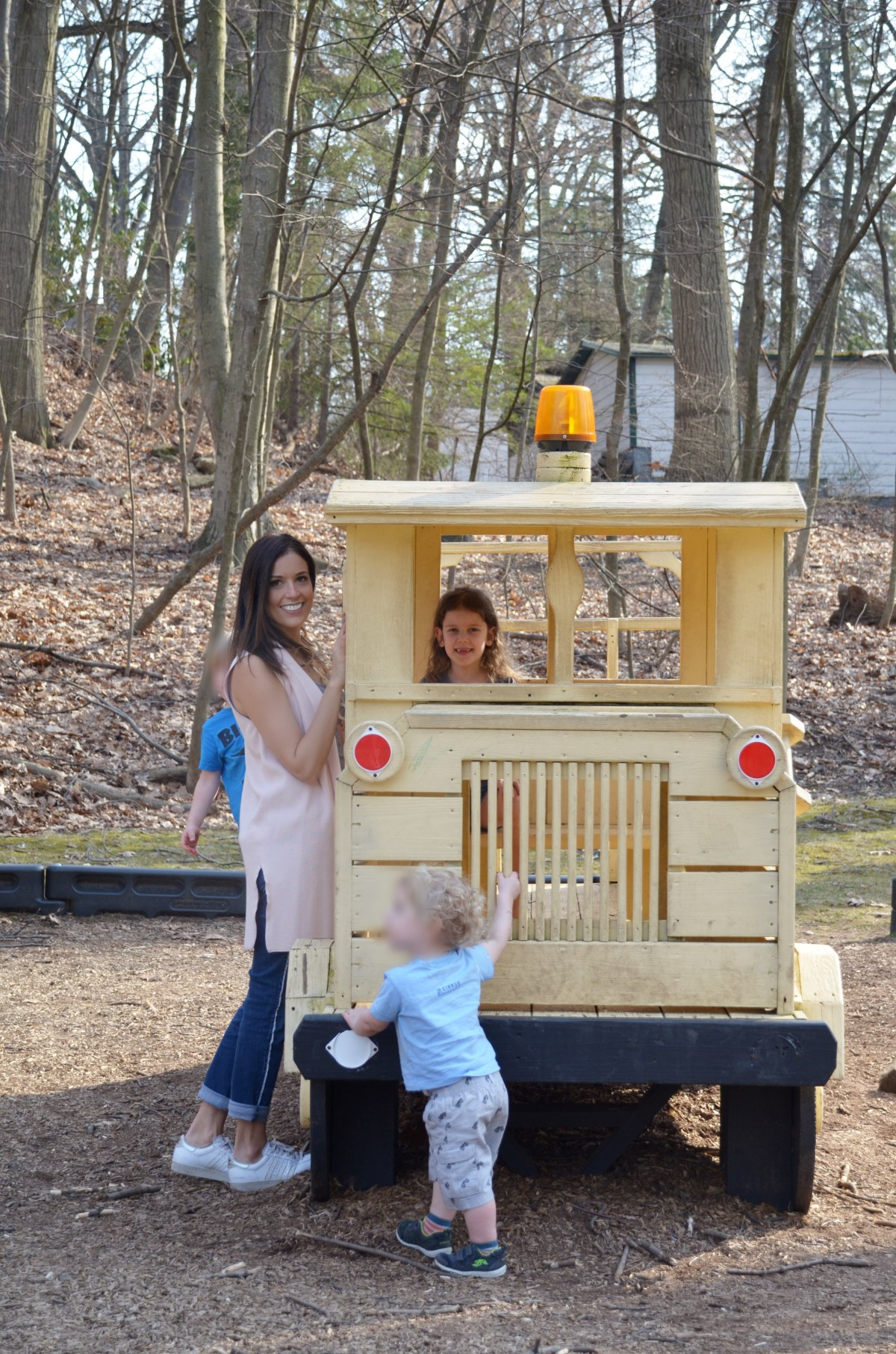 playground–mom–outfit