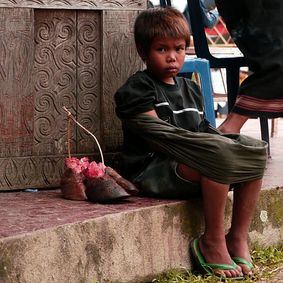Un gamin avec son cadeau des funerailles