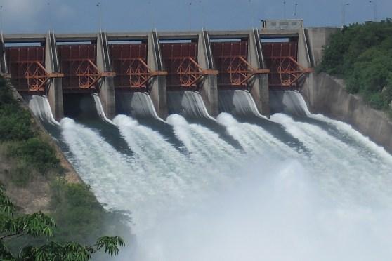 Akosombo_Dam_is_spilling_water,_Ghana
