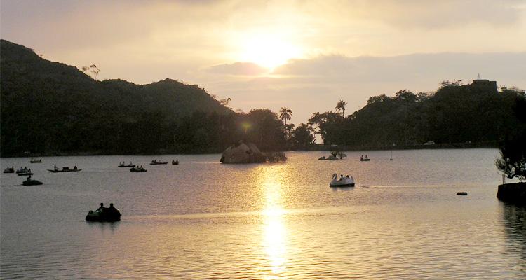 1 Day Mount Abu Local Sightseeing Tour by Cab Sunset Point at Nakki Lake