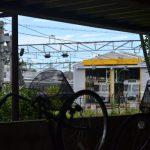回り込んだ対岸の階段途中から見た電車基地