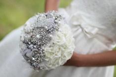 Fehér bross csokor 1/ White brooch bouquet 1 Forrás:http://photo205blog.com