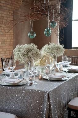 Csillogó ezüstös asztaldísz , Glitter silver wedding table decoration Forrás:http://www.estateweddingsandevents.com