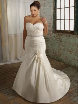 Plus size menyasszonyi ruha alma alkatra / Plus size wedding dress for apple shape Forrás:http://www.plusfashion.info