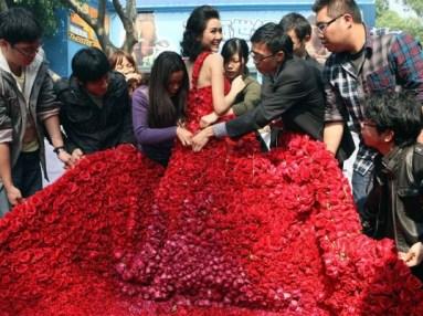 Lánykérés 9999 rózsából készült ruhában 2 / Being proposed in the gown made of 9999 roses 2 Forrás:http://www.ecouterre.com