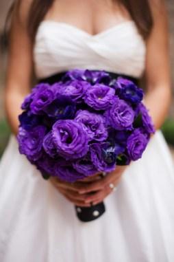 Lila liziantusz menyasszonyi csokor / Purple bridal lisianthus bouquet Forrás:http://thebridescafe.typepad.com