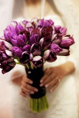 Lila tulipán menyasszonyi csokor / Purple tulip bridal bouquet Forrás:http://www.weddingwoof.com