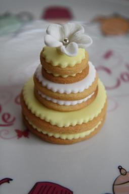 Menyasszonyi torta alakú süti 2 / Wedding cake shaped cookie 2 Forrás:http://adashofcinnamon.wordpress.com