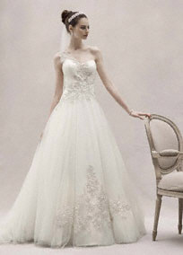 Oleg Cassini menyasszonyi ruha / Oleg Cassini,one shoulder wedding dress Forrás:http://www.davidsbridal.com