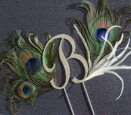 Pávatollas monogramm nászpár , Peacock wedding cake toppers Forrás:http://www.etsy.com