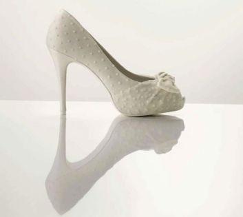 Pöttyös fehér cipő / Polka-dots white shoes Forrás:http://www.onewed.com