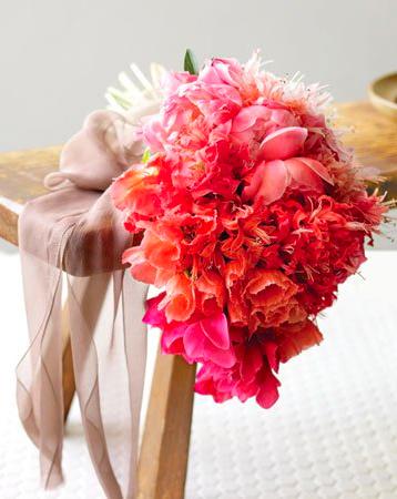 Rózsaszín-narancs ombre csokor / Pink-orange,ombre bridal bouquet Forrás:http://luxefinds.com
