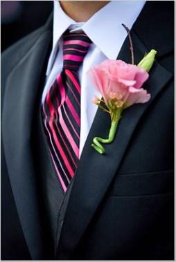 Rózsaszín liziantusz kitűző / Pink isianthus boutonniere Forrás:http://budsandbytes.com