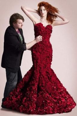 Ruha 2000 rózsából / Dress-Made-from-2000-Roses Forrás:http://revoseek.com