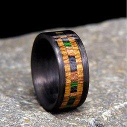 Szénszálas gyűrű eredeti Jack Daniels hordófával , Carbon Fiber wedding band with certified Jack Daniels Barrel wood camo inlay Forrás:http://www.etsy.com