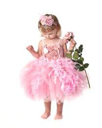 Rózsaszín tollas tütü virágszirom szóró lányka ruha ,Pink feather tutu flower girl dress Forrás:http://www.etsy.com/