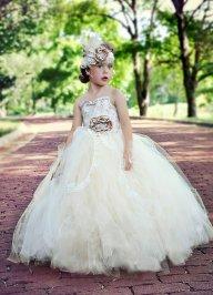 Vintázs virágszirom szóró lányka ruha ,Vintage flower girl dress Forrás:http://www.etsy.com/