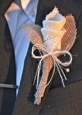 Zsákvászon vőlegény kitűző , Burlap wedding boutonniere Forrás:www.etsy.com