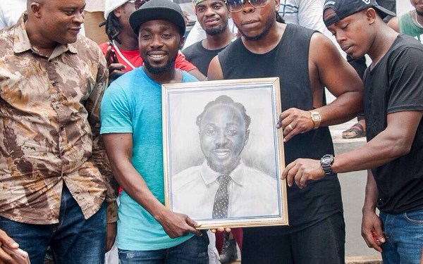 Elorm Beenie and Edem receive portrait from the participants at the workshop
