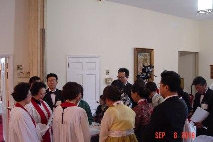 성가대와 임직자들 축복 기도