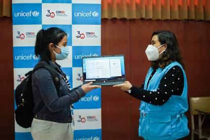 200 Adolescentes mujeres de Lima Norte reciben laptop para convertirse en programadoras web