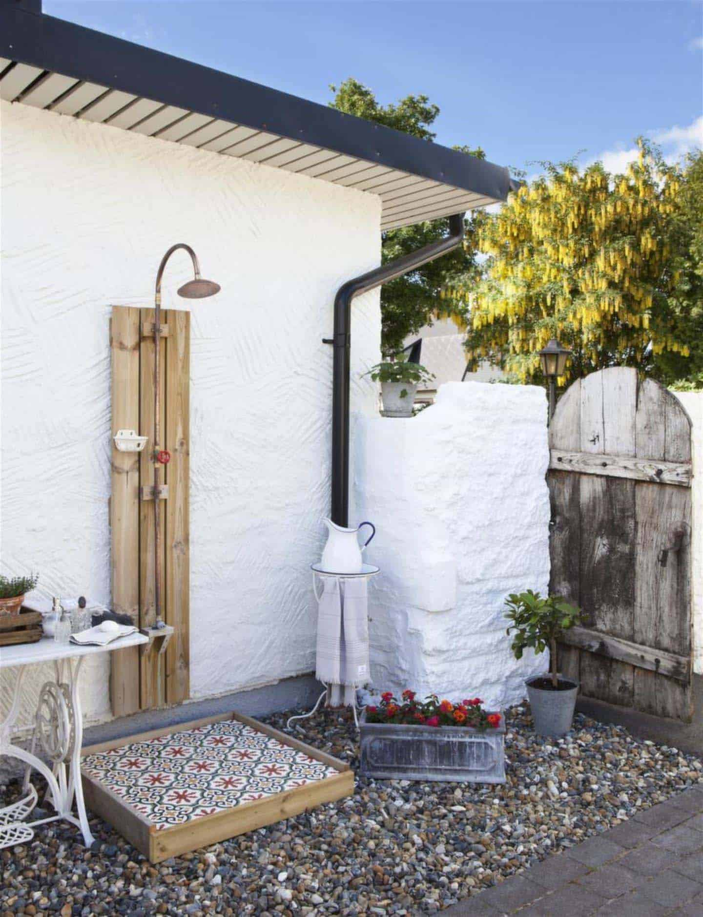 45 stunning outdoor showers that will leave you invigorated for Ideas decorativas para patios