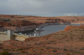 Glenn Canyon Dam, behind it Lake Powell