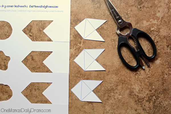 Kawaii corner bookmarks | step 3: cut along corners