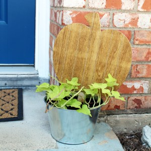Fall porch decor: pumpkin planter, wreath, & garland