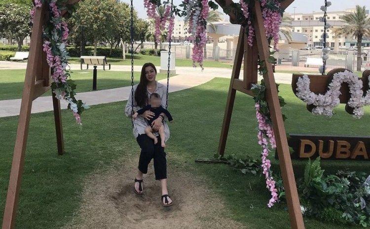 Δολοφονία στα Γλυκά Νερά: Η μητέρα της Καρολάιν αγκαλιά με τη μικρή Λυδία στο μπαλκόνι τους στην Αλόννησο