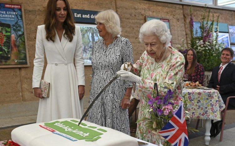 Βασίλισσα Ελισάβετ: Έκοψε τούρτα με σπαθί –  Άφωνοι οι ηγέτες των G7