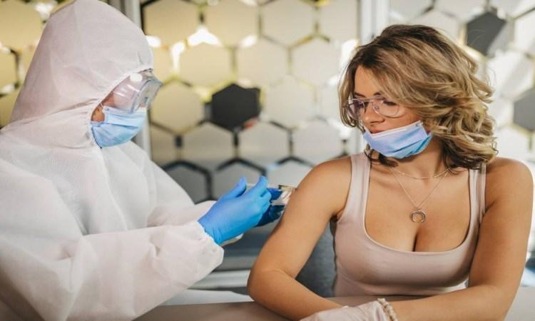 Παιδιά χανόμαστε: «Μην κάνετε σεξ μετά το εμβόλιο»