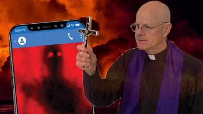 «Οι δαίμονες καταλαμβάνουν τα θύματα με SMS» Τι αποκάλυψε ιερέας που κάνει 20 εξορκισμούς τη βδομάδα