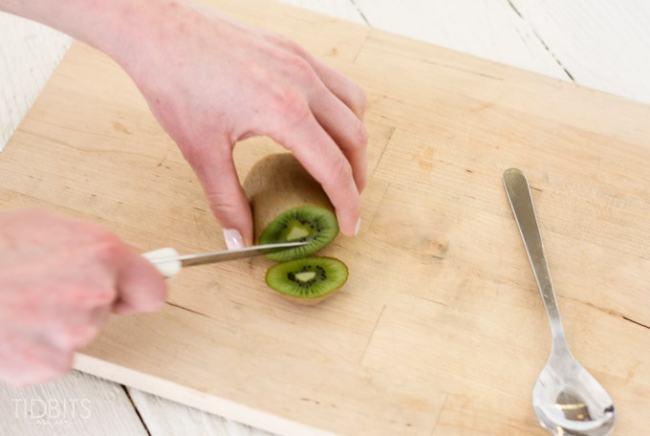 How-to-peel-a-kiwi-2