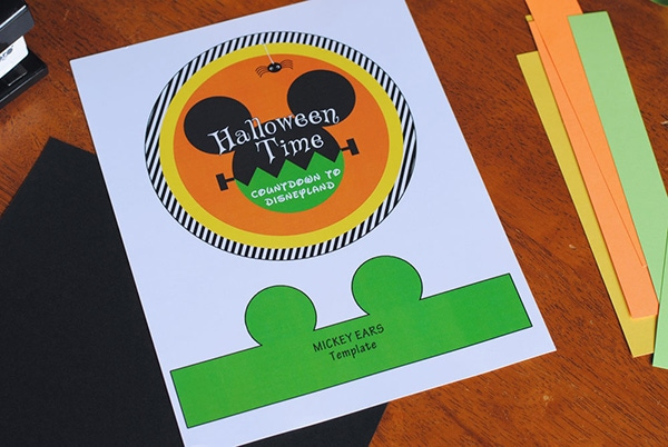 This Disney Halloween Countdown Chain is so easy it is scary! Get ready for the perfect way to countdown to your not-so-spooky Disneyland vacation. www.orsoshesays.com