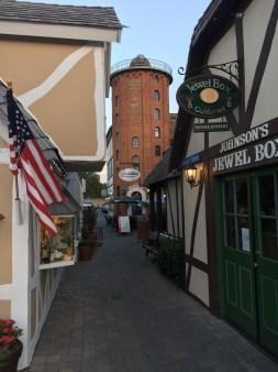 Solvang er en virkelig taggy by. Om aftenen er den dog ganske fredelig og hyggelig, når de fleste turister er taget hjem. Her: Rundetårn. Med pizzeria. Gisp!